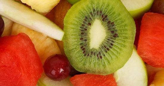 I frutti quali i kiwi e le arance sono un'ottima fonte di vitamina C.