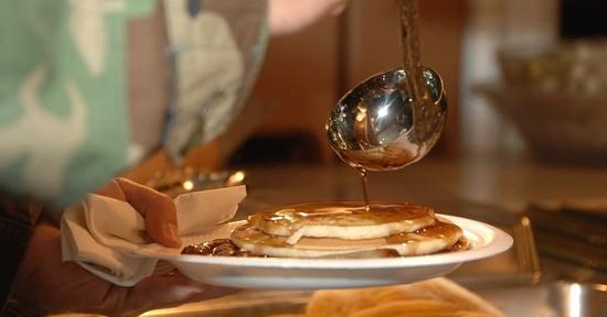 Lo sciroppo d'acero viene tipicamente impiegato come topping per i pancake