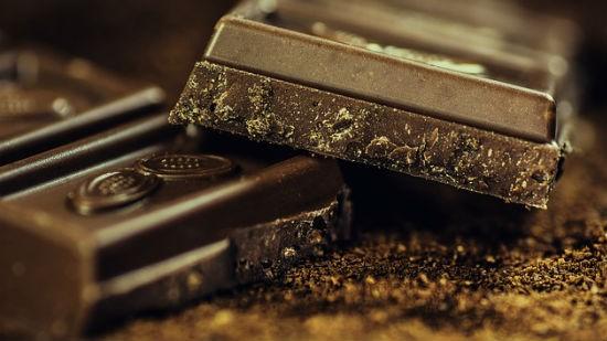 Il cioccolato fondente è alla base della ricetta della cioccolata calda