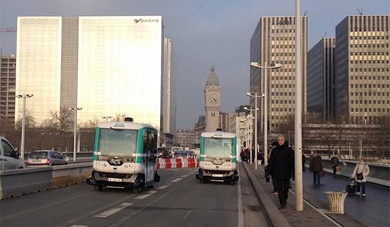 Il bus a guida autonoma EZ10 di EasyMile nelle strade di Parigi