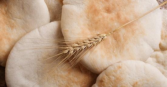 Attualmente l'impasto del pane azzimo è spesso arricchito con olio, sale ed erbe aromatiche.