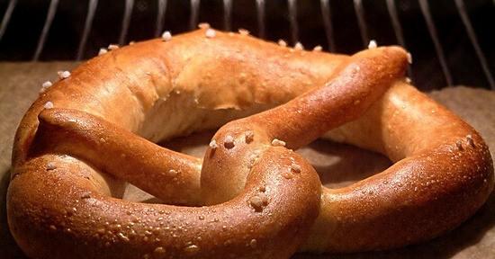 I pretzel vengono cotti al forno per 20 minuti a 200°.
