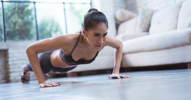 Donna fa esercizio fisico, push-up