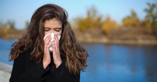 Donna soffia il naso col fazzoletto