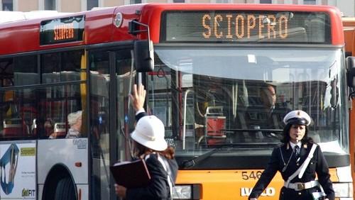 Bus con scritta sciopero
