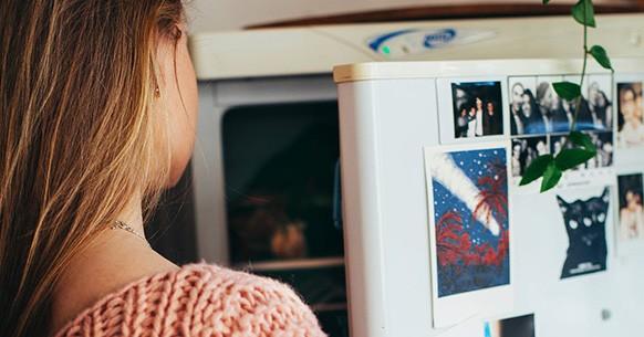 Donna e frigorifero