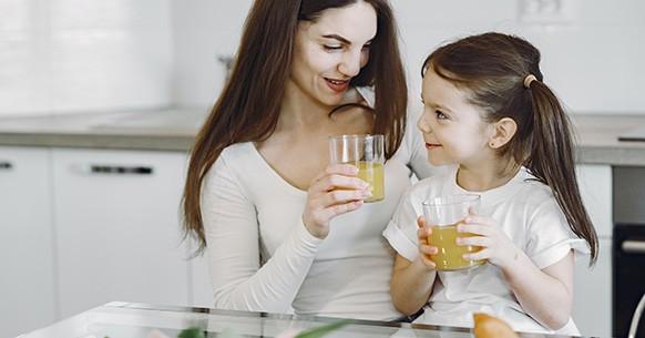 Mamma e figlia mangiano
