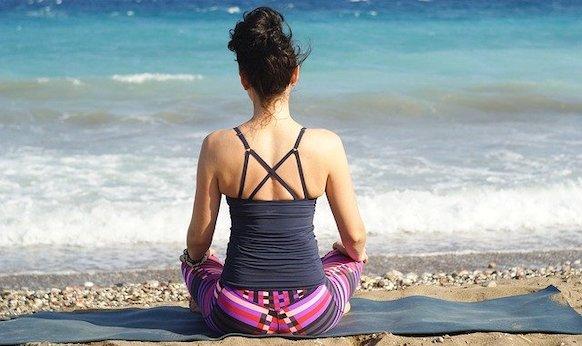 Meditazione mare donna