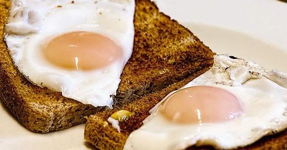 Uova e pane tostato