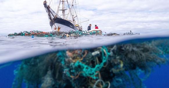 Plastica e reti davanti alla nave oceano