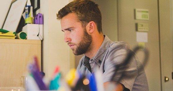 Uomo scrivania postura