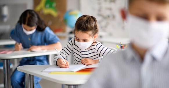 Bambini scuola banchi