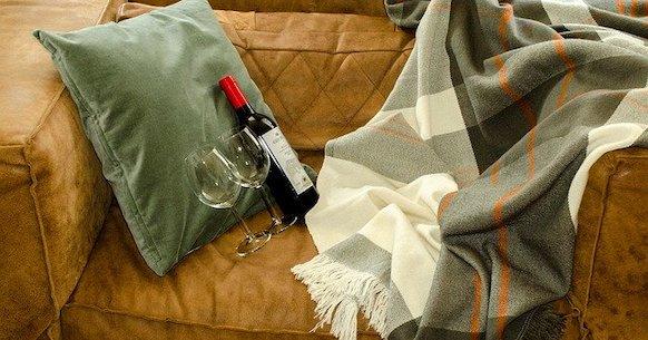 Divano coperta vino