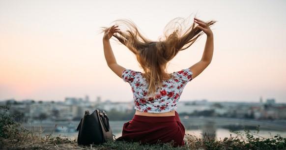 È un invitoa godere ogni giorno dei beni offerti dalla vita, a cercare di stare bene, dato che il futuro non è prevedibile, da intendersi non come invito alla ricerca del piacere, ma ad apprezzare ciò che si ha. La parola YOLO mantiene in parte il significato della locuzione latina, ma si diversifica per il fatto che non è solo un invito a godersi il presente. Invita inoltre a cogliere le opportunità e divertirsi, lasciando alle spalle il passato ed evitando di proiettarsi eccessivamente verso il futuro.