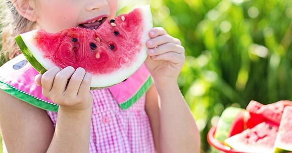 Frutta estiva, perché mangiarla