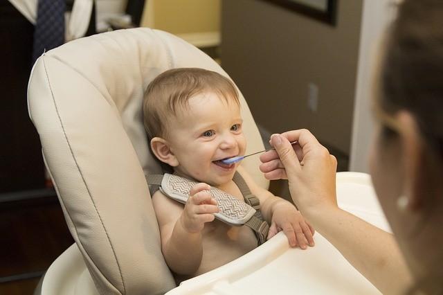 Svezzamento neonati: come e quando iniziare, le direttive dell'Oms